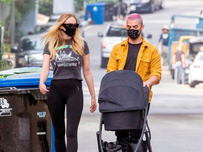 Sophie Turner si Joe Jonas, surprinsi in timp ce isi plimbau fetita in varsta de doua luni, Willa