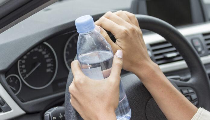 O femeie a gasit o sticla de apa pe capota masinii. Dupa ce si-a dat seama ce inseamna, s-a cutremurat!