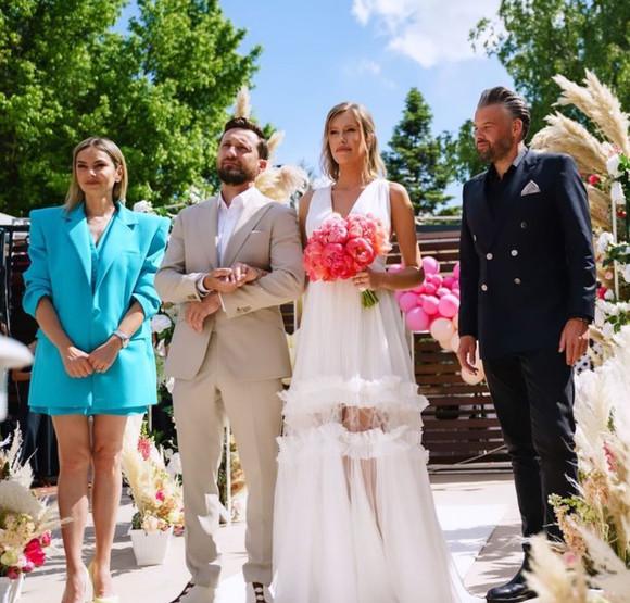 Surpriza: ce vedeta a fost nasa lui Dani Otil! Cum s-a imbracat la nunta - Stiri de ultima ora, ultimele stiri din Romania, breaking news